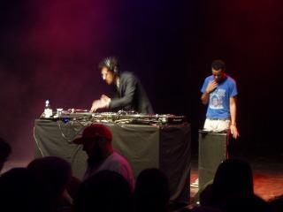 前方でサインに応じるP-Thugg、DJ中のDave1、何してるのか分からないMehdi